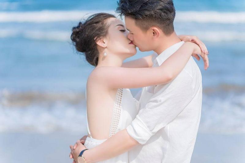 Cô dâu kiễng chân hôn chú rể
