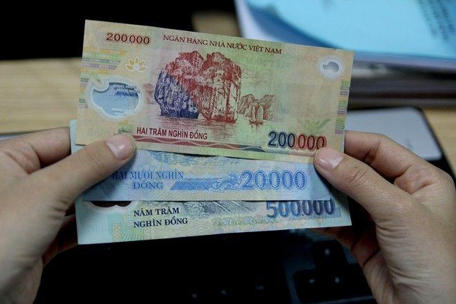 Kiểm tra bằng cách vuốt nhẹ lên tờ tiền