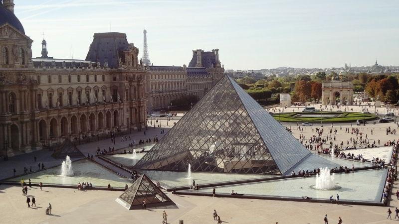 Kim tự tháp Louvre ở Paris