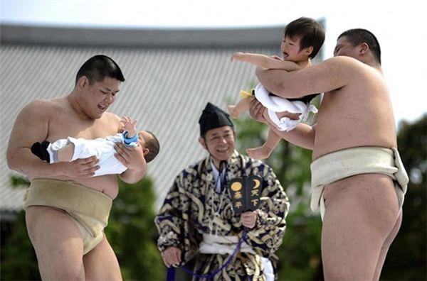 Lễ hội Sumo doạ trẻ con (Nakizumo Matsuri)