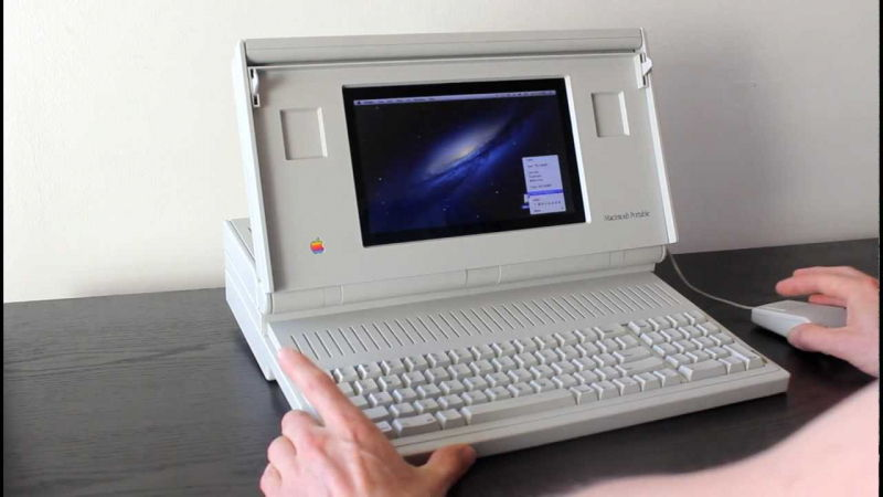 Macintosh Portable (năm 1989) – Giá: 7,300$ ~ 14,818$ ngày nay