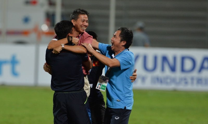 Huấn luyện viên trưởng Hoàng Anh Tuấn và các trợ lý