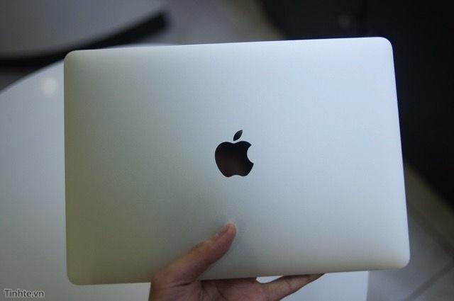 Logo quả táo trên lưng máy không còn phát sáng