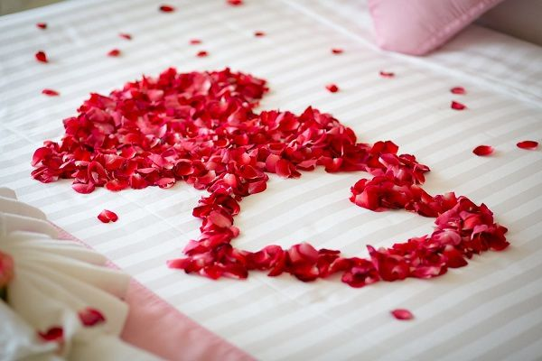 Phòng tân hôn lãng mạn và rực rỡ sắc màu của những cánh hoa tươi
