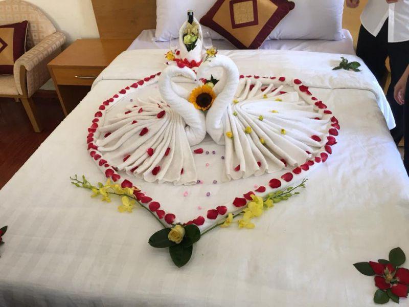 Trang trí phòng tân hôn bằng khăn tắm