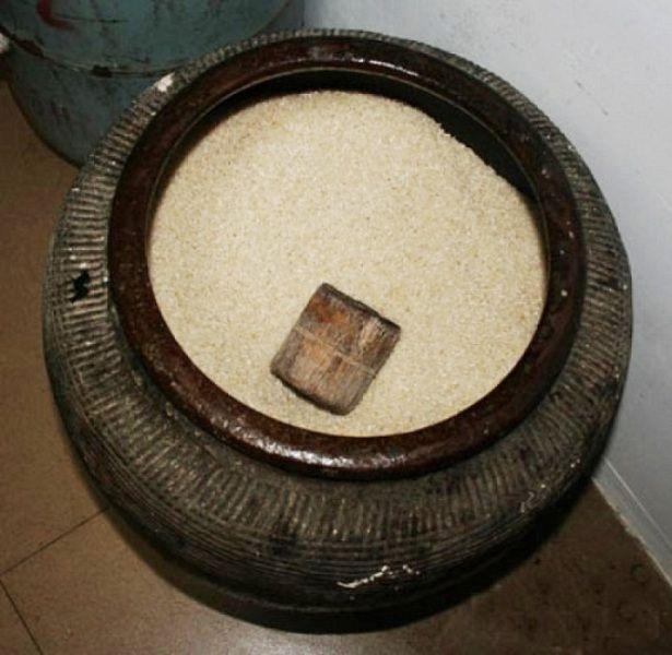 Không nên để hũ gạo trống không