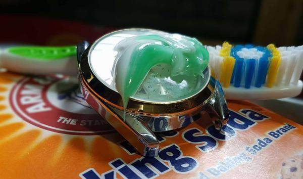 Làm sạch đồng hồ bằng kem đánh răng