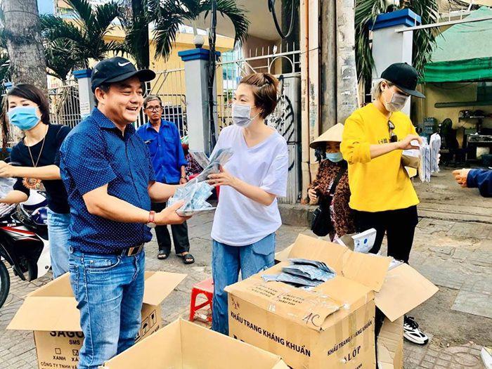 Việt Nam là nước mà khẩu trang khan hiếm không có bán ở các cửa hàng thuốc, nhưng lại có khẩu trang miễn phí phát cho người dân