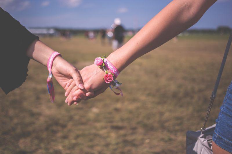 Nắm tay cô ấy khi đi bộ