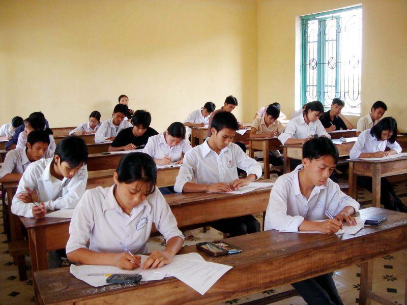 Để dự tuyển vào trường THPT công lập, học sinh hoặc bố, mẹ của học sinh phải có hộ khẩu thường trú tại Hà Nội