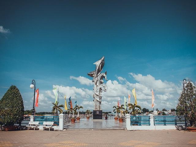 Tượng đài cá ba sa Châu Đốc