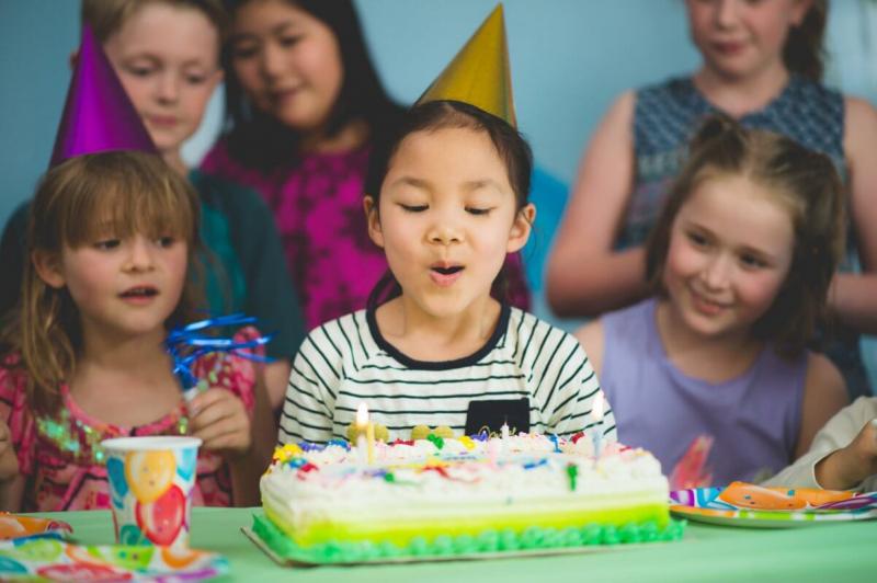 Tại sao con phải mời bạn ấy đến sinh nhật của con?