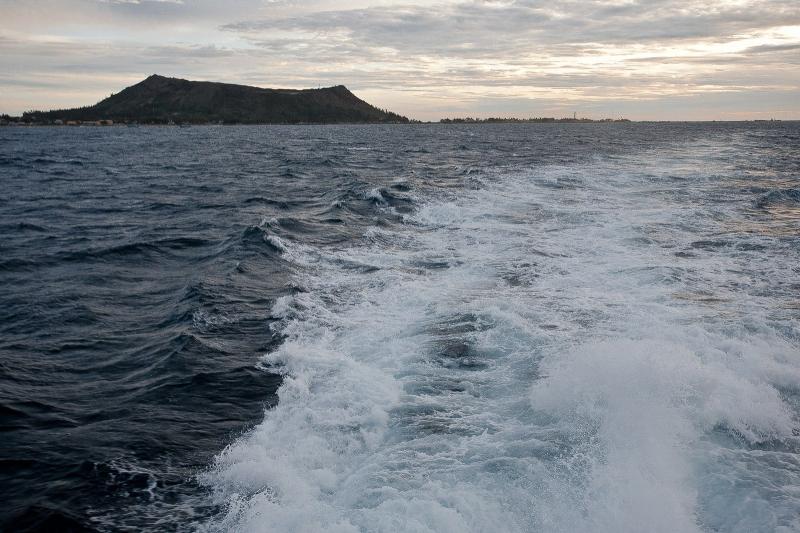 Tại sao nước biển không màu mà sóng biển lại có màu trắng xóa?