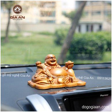 Tượng gỗ Di Lặc ngồi bưng vàng để xe ô tô