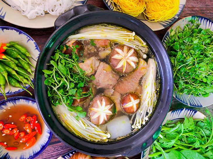 Lẩu gà Đông Tảo với nấm