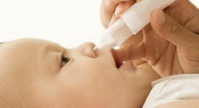 Vệ sinh mũi và cho bé bú thường xuyên