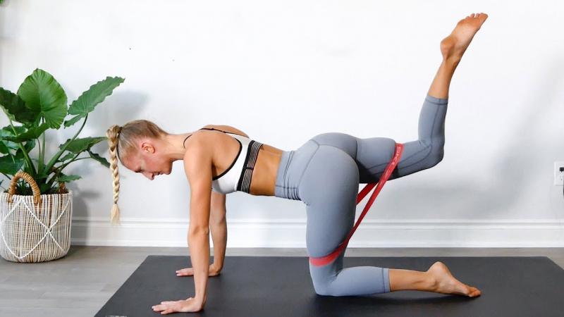 Bài tập đá chân ra sau với dây - Donkey kickback with a rubber strap