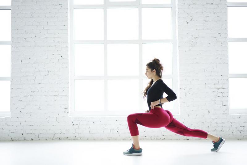 Bài tập squat trên sàn với tạ