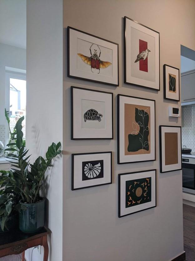 Các bức ảnh nhỏ trên tường