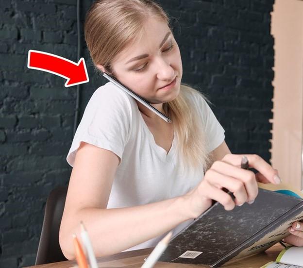 Đặt điện thoại giữa tai và cổ
