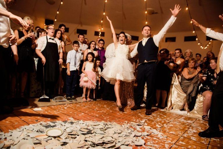 Đức: đập bát đĩa trước khi cưới