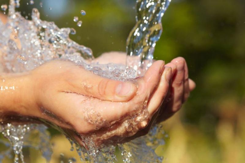Giảm cơn đau đầu bằng cách đặt tay dưới vòi nước lạnh