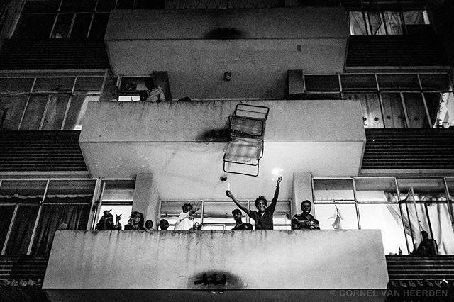 Nam Phi: ném đồ đạc ra không tính cửa sổ