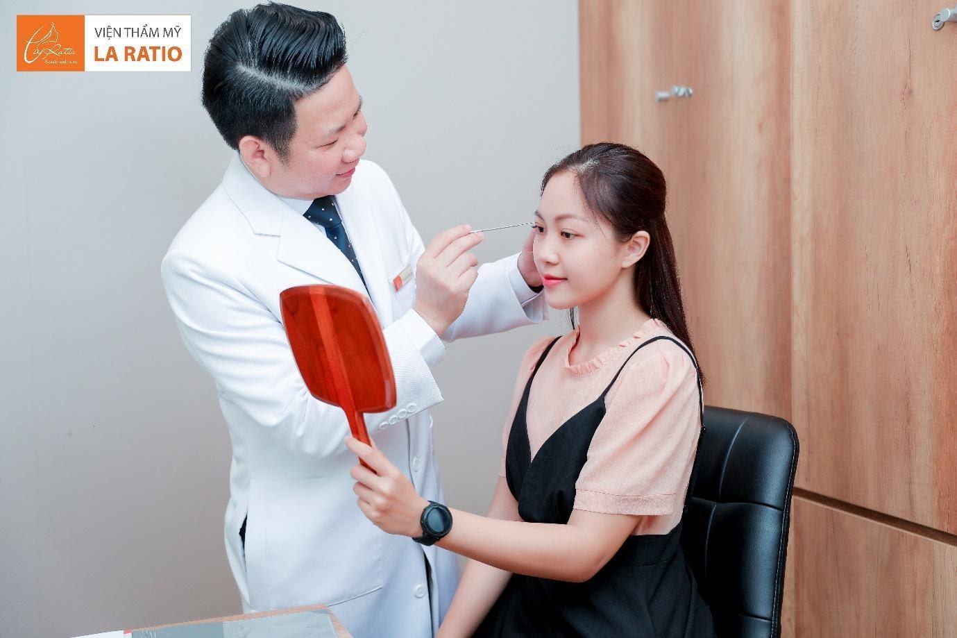 Tại La Ratio, bạn sẽ được bác sĩ Trung trực tiếp tư vấn và thực hiện cắt mí mắt
