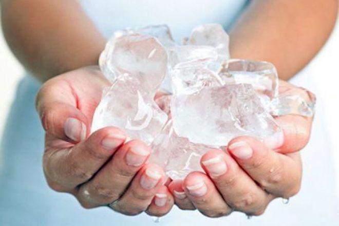 Chườm đá lạnh chữa zona giúp giảm đau va giảm sưng