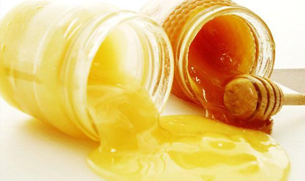 Dùng mật ong nguyên chất để phân biệt sữa ong chúa thật