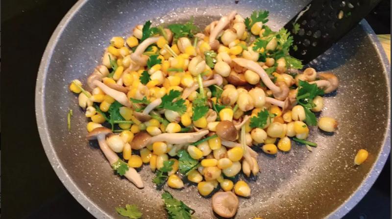 Hạt sen xào bắp nấm