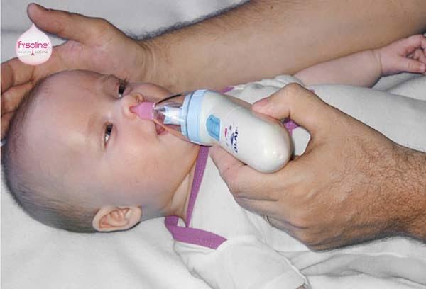 Máy hút mũi giúp cha mẹ dễ dàng vệ sinh cho trẻ