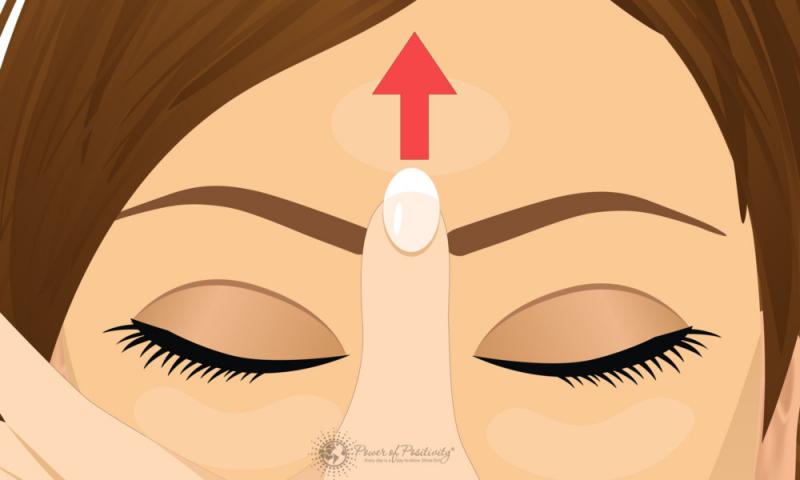 Massage điểm giữa hai lông mày