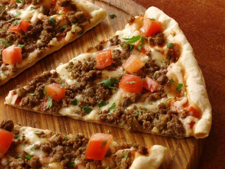 Pizza bò bằm sốt cà chua