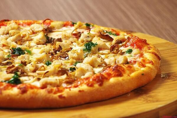 Pizza bò băm với dứa