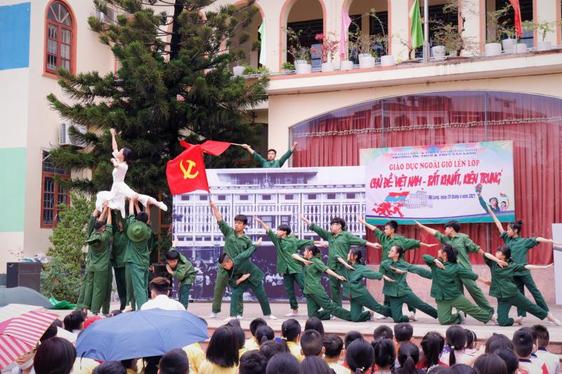 Trường TH, THCS và THPT Văn Lang