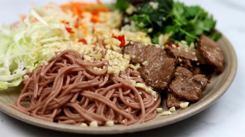 Bún gạo lứt trộn rau củ thịt bò