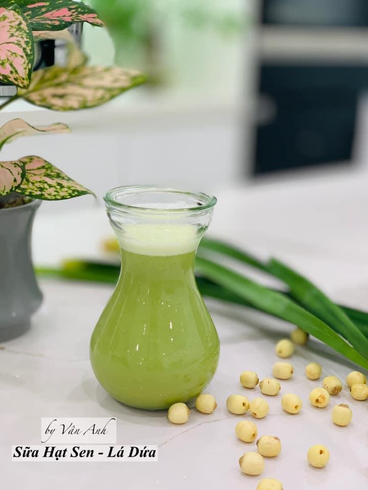 Cách nấu sữa hạt sen với lá dứa, đường phèn