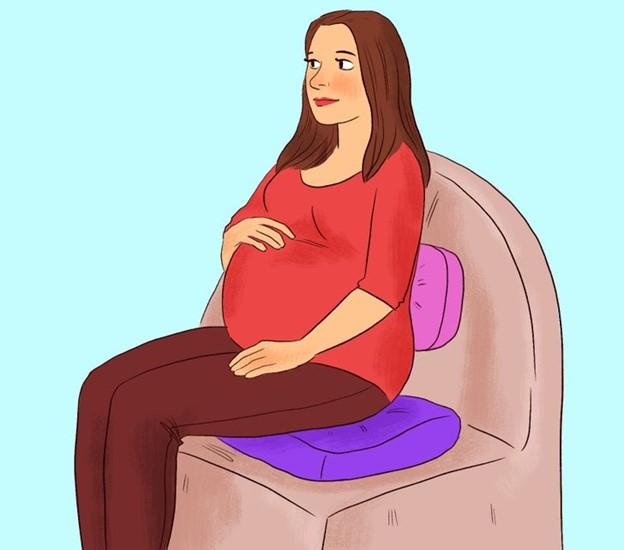 Đặt 1 tấm đệm hoặc gối chắc chắn bên dưới mông và lưng dưới của bạn khi ngồi trên ghế