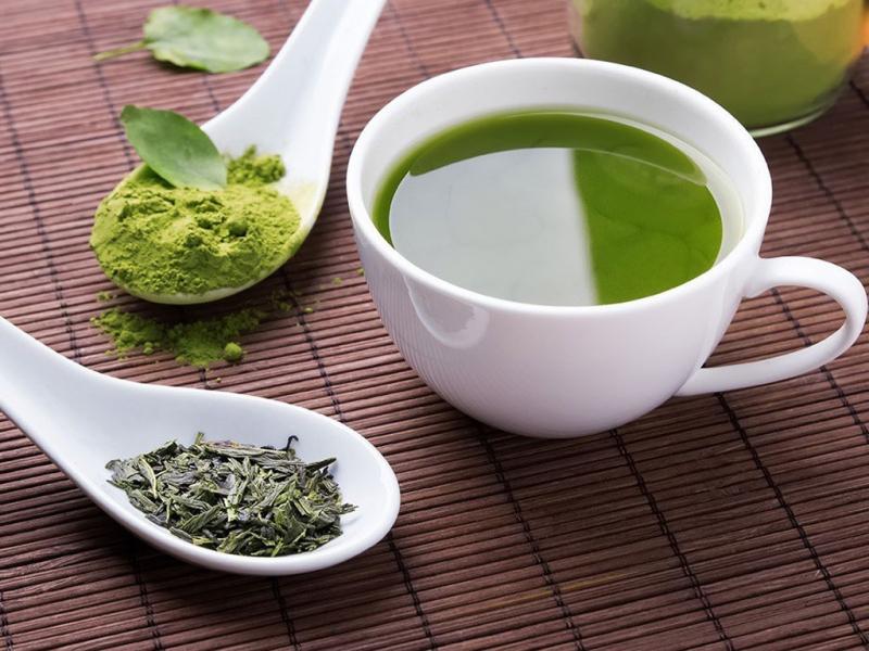 Uống trà xanh và đắp mặt nạ