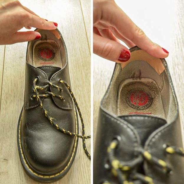 Dán băng keo cá nhân trên giày sẽ giúp cổ chân bạn không bị phồng rộp