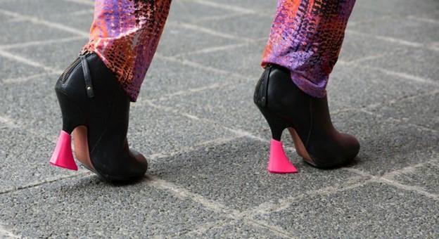 Dụng cụ bảo vệ gót giày rất hữu ích cho đôi giày cao gót và giúp bạn di chuyển thoải mái hơn
