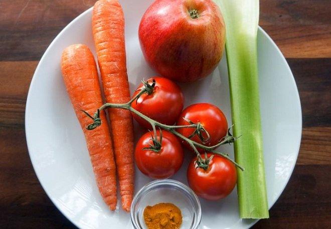 """Nước ép cà chua """"mix"""" táo, cà rốt, cần tây, bột nghệ"""