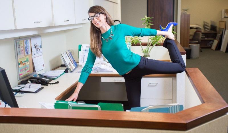 Tránh tình trạng mỏi cơ bằng cách thỉnh thoảng đứng lên và di chuyển nhẹ nhàng
