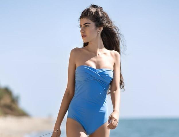 Áo tắm màu xanh lam