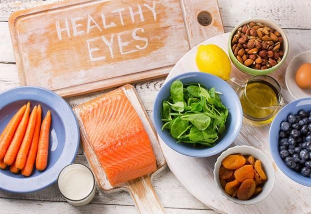 Bổ sung các thực phẩm xanh và thực phẩm giàu Vitamin A, Vitamin C, lutein và beta carotene