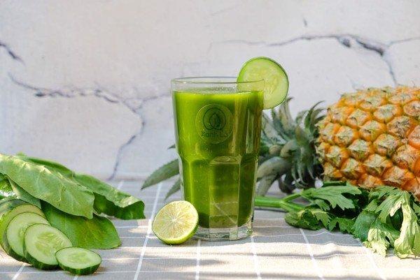 Các chiếc nước ép và sinh tố từ rau xanh và trái cây