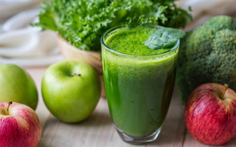 Cách làm sinh tố táo bị cắn xanh với rau cải bó xôi