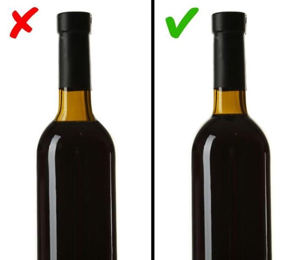 Chú ý đến mức rượu trong nút cổ chai