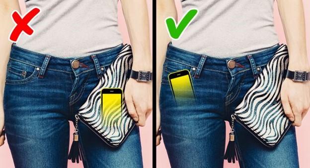 Để điện thoại trong ví tiền